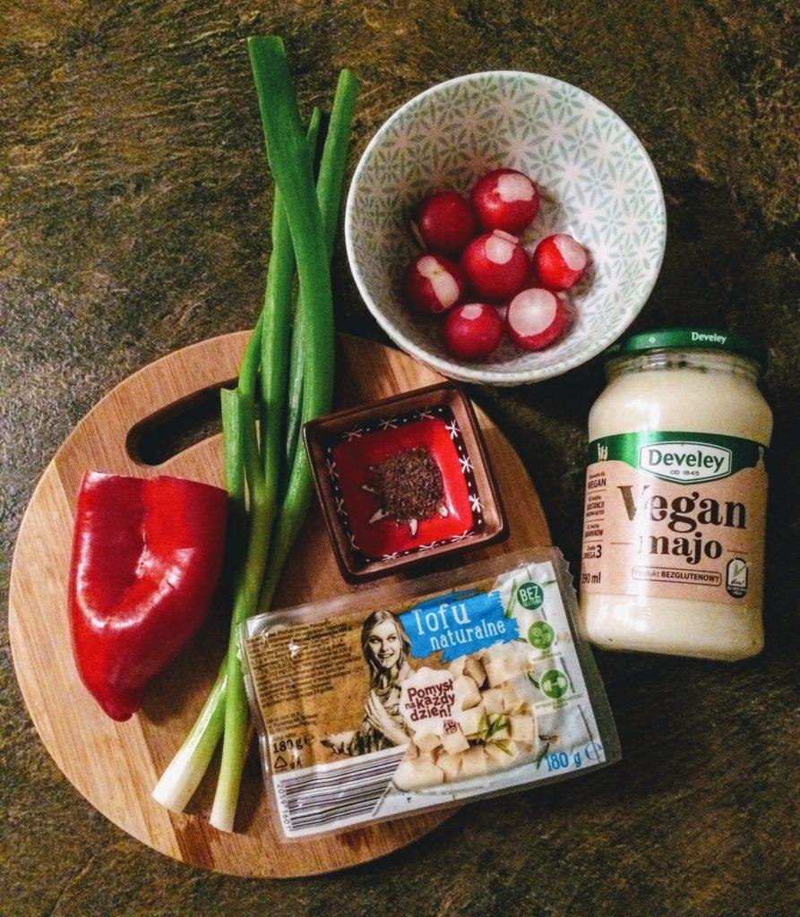 bezjajeczna sałatka z tofu, rzodkiewką, papryką i szczypiorkiem - składniki