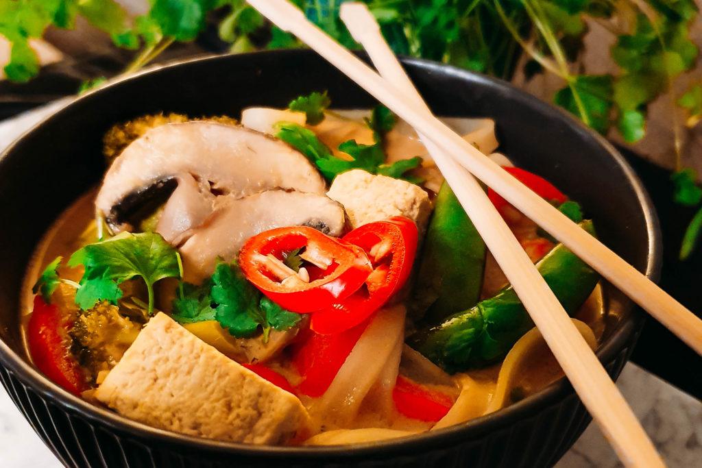 tajska zupa z żółtym curry i mleczkiem kokosowym