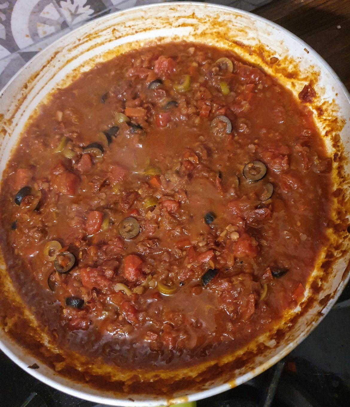 spaghetti alla puttanesca oliwki z winem i pomidorami